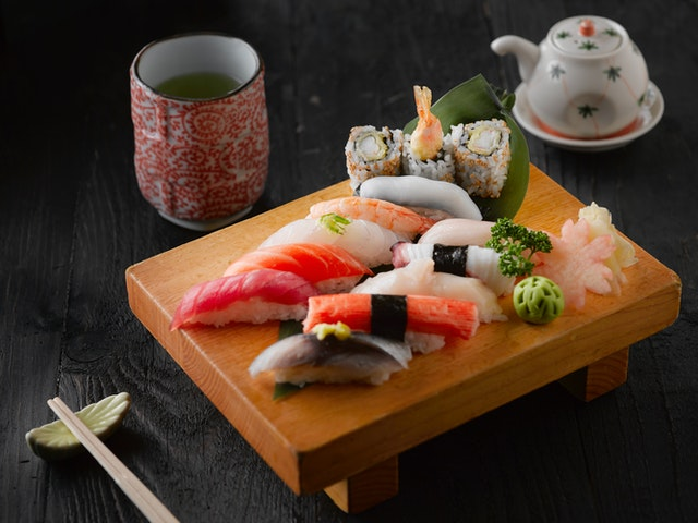 How to get to know Japanese cuisine food closely and what are its most famous foods?