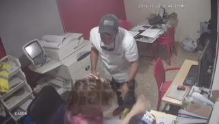 VIDEO* Supuesto jefe de compañía publicitaria le emprende a golpes a empleada en el mismo trabajo