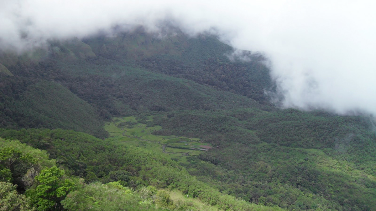 Lokasi Hunting Foto Landscape di Gowa rumah tata mando di lembah ramma