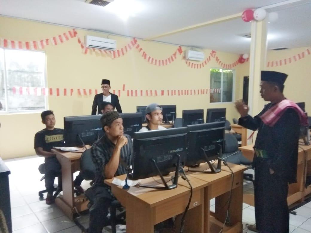 Sambut Hari Kemerdekaan, Petugas Pelayanan Sat Lantas Polresta Tangerang Kenakan Kostum Pejuang