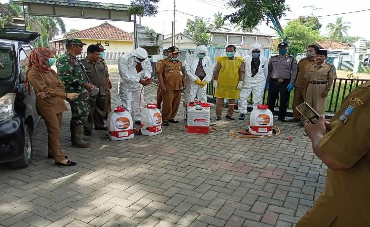 Cegah Covid-19, Muspika Kecamatan Carenang Semprotkan Cairan Disinfektan