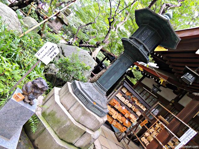 Piedra de la Suerte Maneki-ishi en el Santuario Atago
