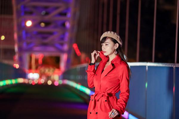 台中北屯海天橋自行車道景觀橋,夜晚有紫色燈光美麗浪漫的夜景