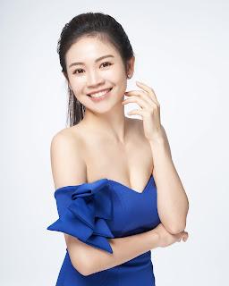 女主持人形象照藍色洋裝穿搭美妝姿勢笑容
