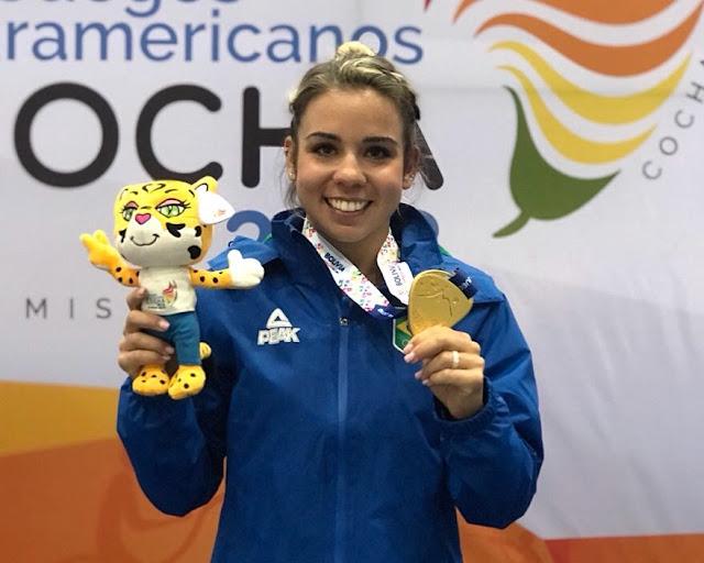 Camilla Lopes Gomes comemora medalha alcançada. A atleta da ginástica foi pega em exame anti-doping