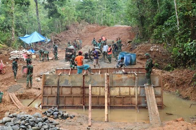 Tim Satgas TMMD Ke-110 Bersatu Membangun Jembatan di Nagari Salibutan Lubuak Aluang