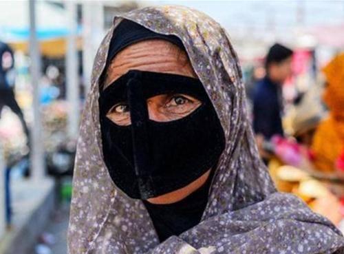 Những phụ nữ đeo mặt nạ bí ẩn ở Trung Đông 5