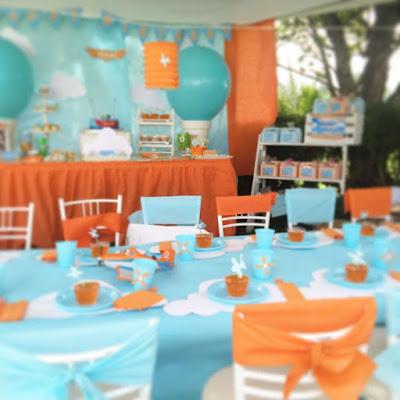 Locatie botez sau party decorata in albastru si portocaliu cu tema calatorii
