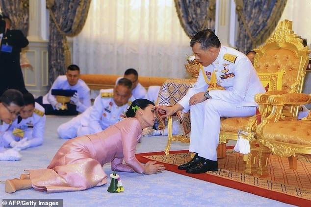 """Il re della Thailandia in isolamento con 20 soldati """"del sesso"""" all'interno dell'hotel tedesco"""