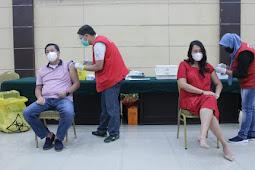 Steven Kandouw dan Kartika Devi Tanos Terima Vaksin Sinovac Tahap 2