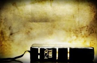 Bíblia Sagrada fechada sobre a mesa. Como tem sido vista por você? Evangelista Izaldil Tavares de Castro.