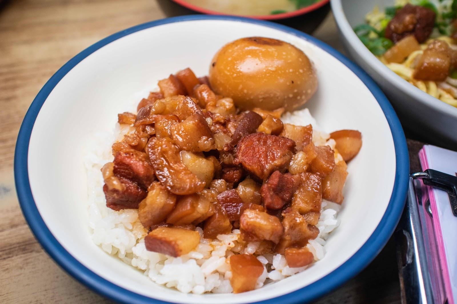 臺中小吃【向宏魯肉飯】東海美食!這肉塊太大了吧跟本是魯肉界的姚明!東海人必吃的魯肉飯妳吃過了嗎?