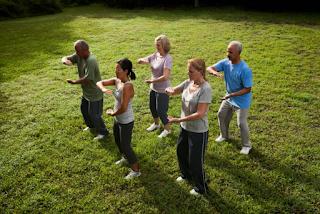 Les 12 Mouvements de Cuivre consistent en 12 mouvements stimulant les 12 Méridiens Tendino-Musculaires (méridiens d'acupuncture). La pratique des 12 Mouvements de Cuivre génère une harmonisation globale du corps, de l'affect et du psychisme.