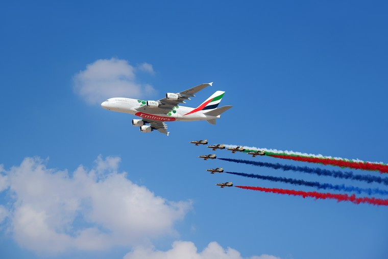 Airbus A380 da Emirates Airline realiza sobrevoo durante a abertura do Dubai Air Show