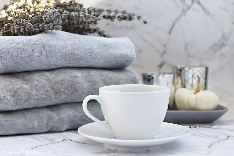 filiżanka kawy, świece i ciepłe swetry