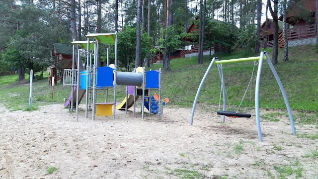 plac zabaw niedaleko domków na kaszubach