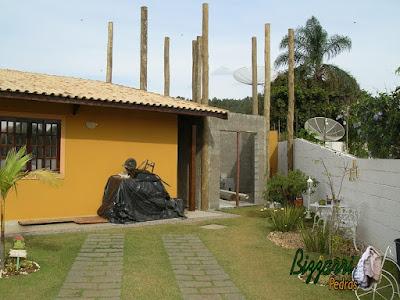 Reforma da casa no sul de Minas com a construção da sala de estar com a suíte superior. Na foto, iniciando a alvenaria com bloco de cimento nos pilares de madeira com eucalipto tratado.
