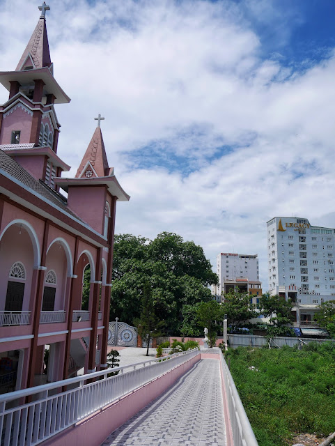 Da Nang's other pink church