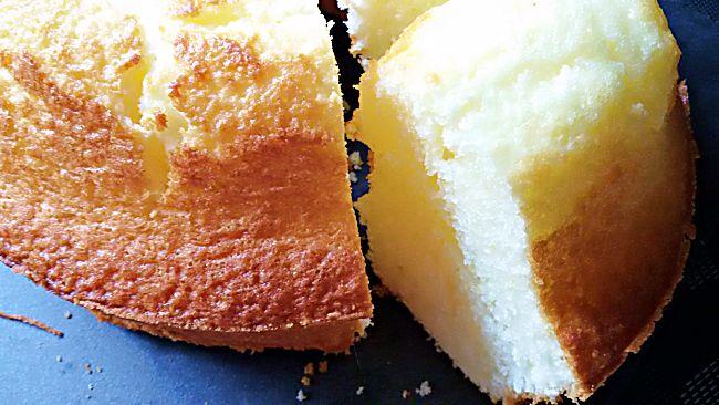 Corte bizcocho sin gluten de limón