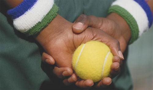 Seorang ballboy memegang bola tenis sebagai persiapan selama Kejuaraan Tenis Wimbledon di London, Inggris pada tahun 1987. Kredit: Getty Images / Getty Images Eropa / Getty Images