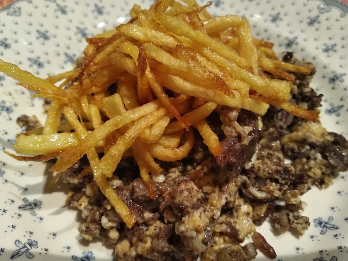 Revuelto de morcilla de arroz con patatas paja