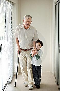 Resultat d'imatges de imagen niño ayudando a un anciano