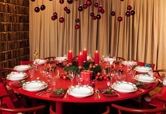 Marzua navidad sobre una mesa roja y redonda - Decoracion mesa de navidad ...