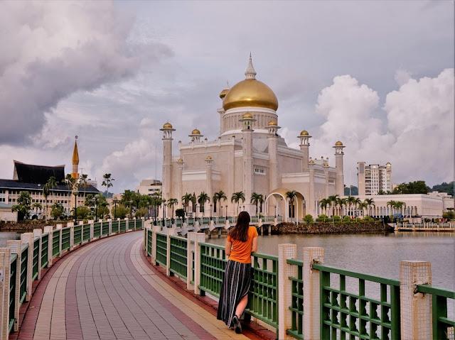 Vương quốc Brunei nằm ở khu vực Đông Nam Á. Nơi đây nổi tiếng là quốc gia Hồi giáo giàu có nhờ nguồn tài nguyên dầu mỏ dồi dào. Tại đất nước này, người dân được cấp nhà miễn phí, học sinh đi học không mất tiền, đức vua lo các phúc lợi cho đời sống của nhân dân.