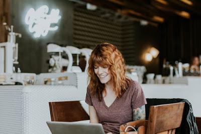 mulher sentada em frente ao computador