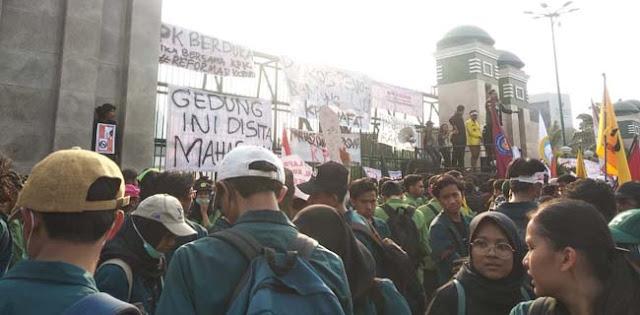 Tolak Revisi UU KPK, Ribuan Mahasiswa Geruduk Gedung DPR