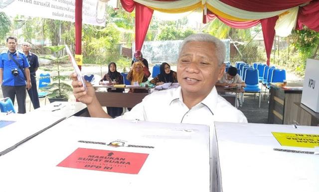 Wakil Bupati Asahan Surya saat mencoblos di TPS.