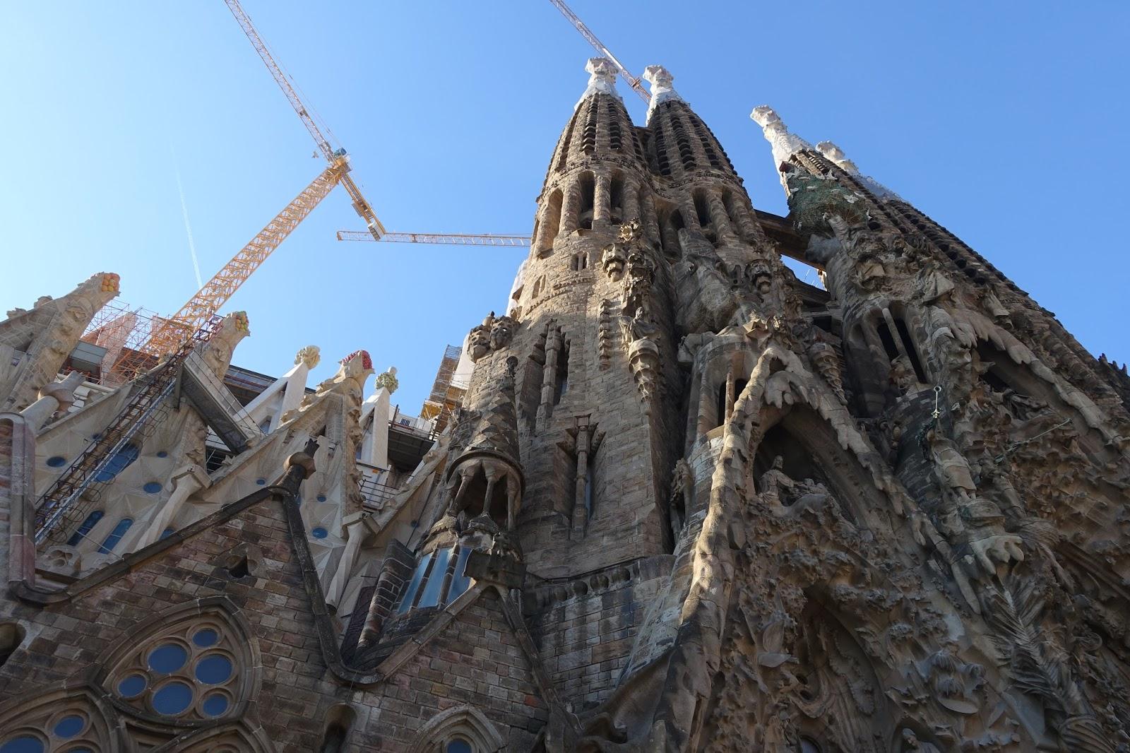 サグラダ・ファミリア (Sagrada Familia)「誕生のファサード(Façana del Naixement)」を見上げる