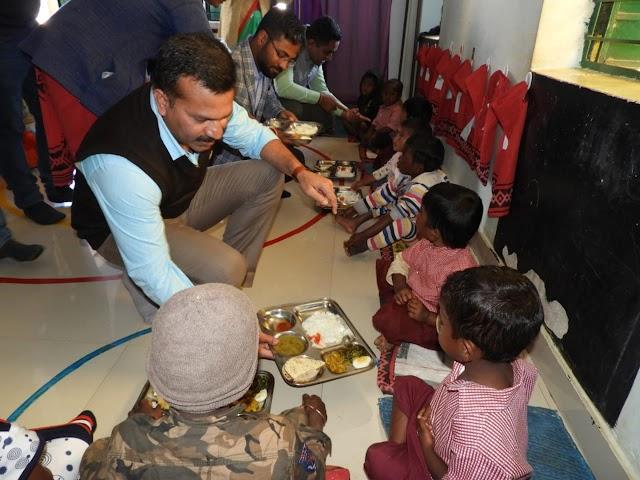 """सुपोषण की पहल : जब प्रभारी सचिव ने परोसी बच्चों को """"भोजन की थाली"""""""