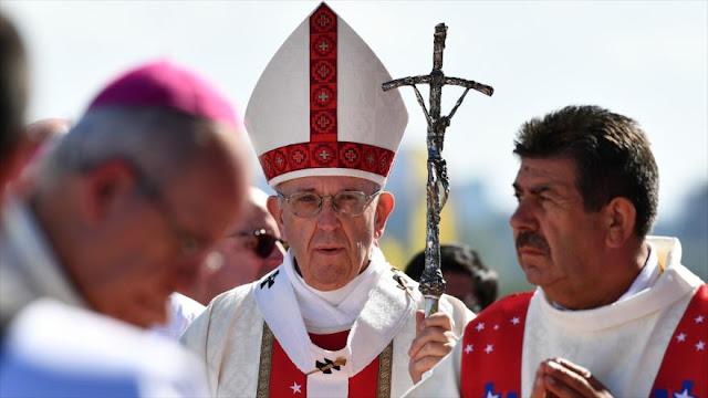 El papa defiende a indígenas y pide fin de violencia en Chile