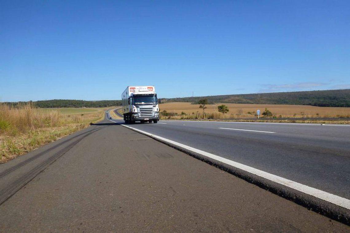 Líder dos caminhoneiros diz que categoria vai parar se governos seguirem com quarentena