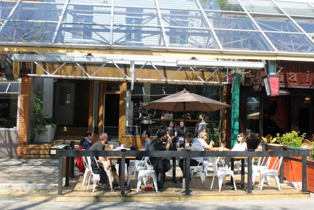 La terrasse toute cute du Candide Café.
