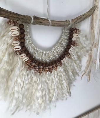 Collier ethnique avec de la laine, des perles en bois et des coquillages