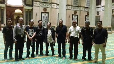 Suharmin (ketiga dari kiri) saat melakukan rekonstruksi perbuatannya di Masjid Kubah Emas Depok