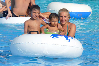 Yolanda Izan y Joel en la piscina de olas de Aqualand.