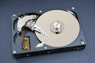 Cara Memperbaiki Hard Disk Tidak Terbaca Di Komputer atau Laptop - Hard disk tidak selalu berfungsi dengan baik, mulai dari lemot, tidak terbaca, lama ketika menyimpan, kegagalan kontrol, gagal booting, dan lain sebagainya.    Tapi anda jangan khawatir, Anda bisa mempraktikkan cara memperbaiki hard drive yang rusak diartikel kami ini.    Komputer atau laptop tidak akan berfungsi jika tidak ada perangkat yang disebut Hard disk. Ini karena peran vital hard drive yang merupakan pusat penyimpanan data dan informasi untuk komputer atau perangkat anda.    Kita harus merawat hard drive sebaik mungkin, jika tidak dirawat biasanya akan berdampak pada komputer dan laptop yang menjadikannya lambat.