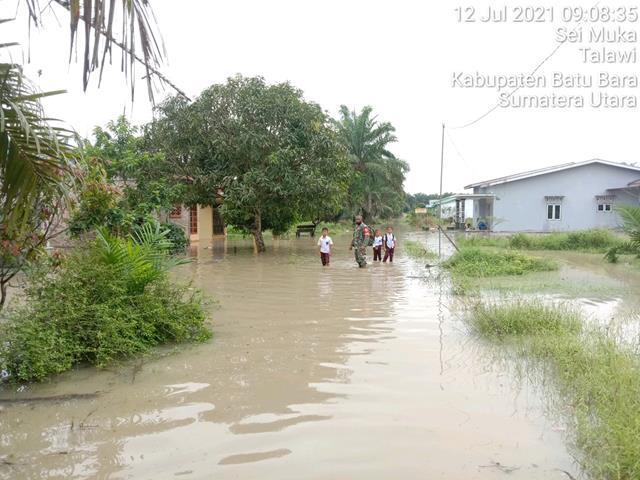 Hujan Melanda Batu Bara, Personel Jajaran Kodim 0208/Asahan Sigap Turun Kewilayah Binaan