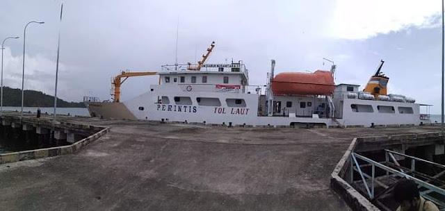 KM. Sabuk Nusantara bersandar di Pelabuhan Teluk Tapang.