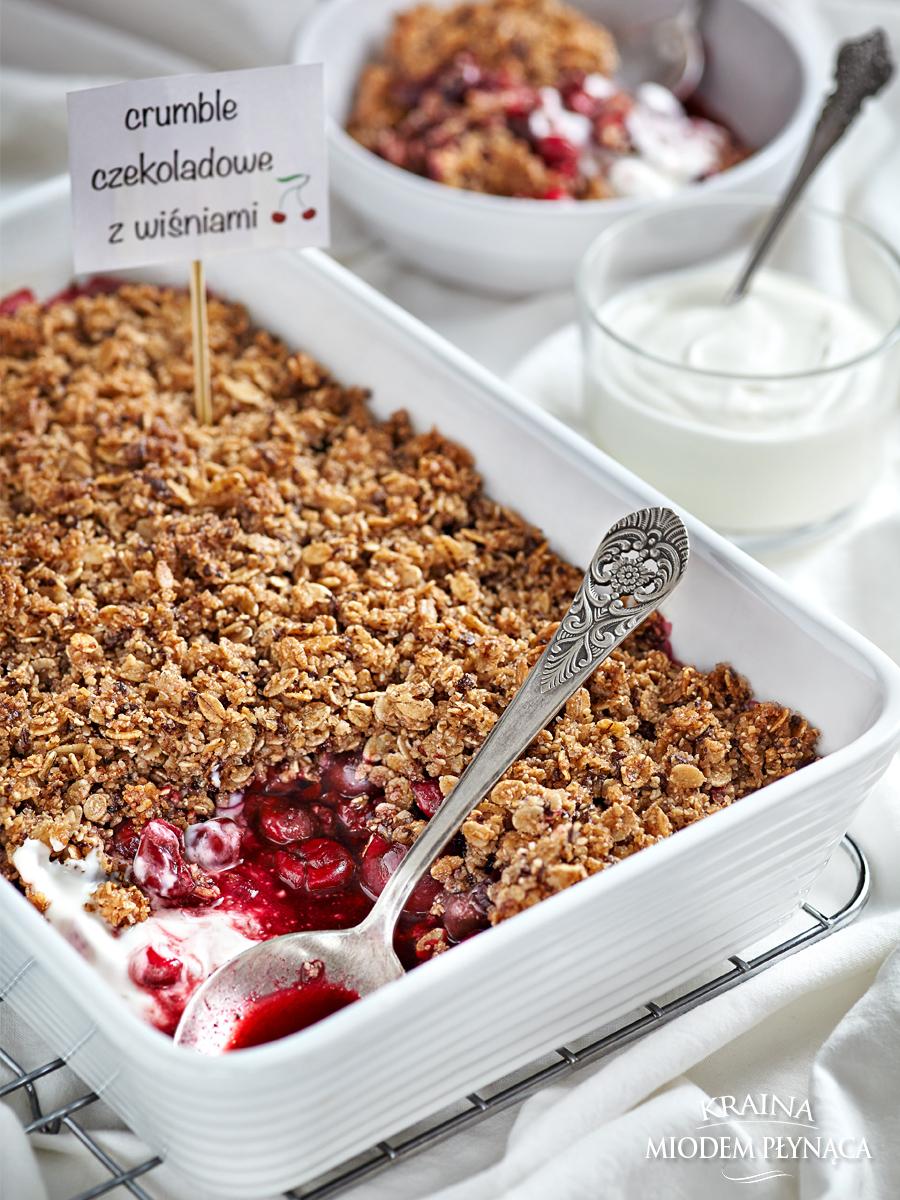 crumble z owocami, owoce pod kruszonką, kruszonka z płatków owsianych, kruszonka bez mąki, deser z owocami, zapiekane owoce, owocowy deser, zdrowy deser, zdrowe słodycze, crumble z czereśniami, crumble z wiśniami, kraina miodem płynąca