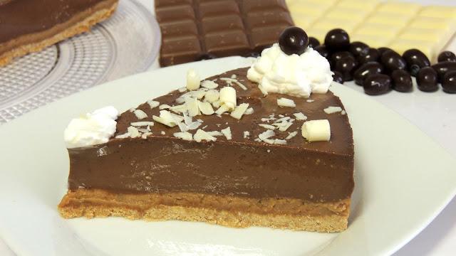 Hoy he decidido traeros una tarta que me gusta muchísimo . Se trata de una tarta de chocolate que está para chuparse los dedos y en esta ocasión la haremos con nuestro robot de cocina Monsieur Cuisine Plus.