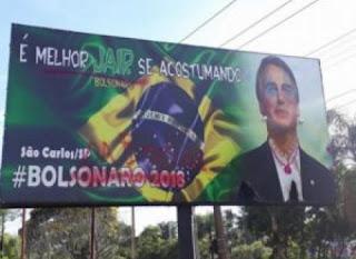 Bolsonaro aparece com batom e joias em outdoor instalado;Veja as imagens!