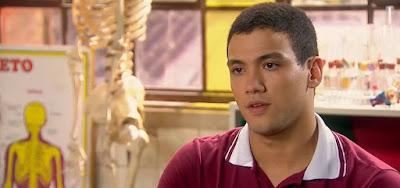 Guilherme (Lawrran Couto) vai descobrir que o pai o aceitou de volta para não perder a herança