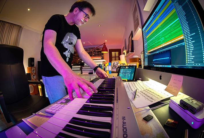 Simulando ser un Nacho Cano, tocando un teclado Midi  mientras miro secuenciadores