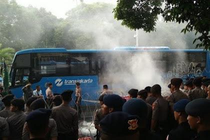 Bakar-bakaran, Massa Aksi Paksa Merangsek Masuk Kantor KPU RI