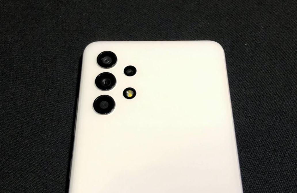 Terpesona Desain Contour Cut Kamera Belakang Samsung Galaxy A32