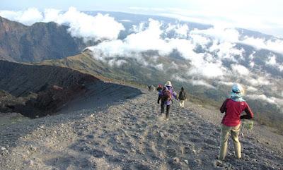To go Summit Mount Rinjani 3726 meter